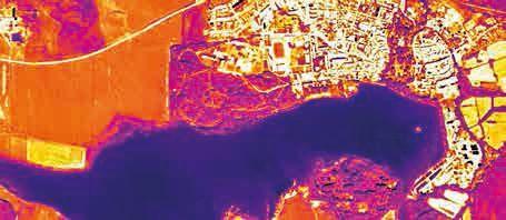 Letecký termovizní snímek Třeboně pořízený společností ENKI, v. o. s. (www.enki.cz) Na snímku je vidět, které plochy jsou v letním dni teplé a které nikoli. Tmavě modrý rybník Svět a modročervená přilehlá obora mají nižší teplotu než červené a bílé město vpravo nahoře i než červené pole vlevo.
