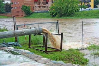 Dešťová voda svedená do běžné kanalizace může při silných srážkách dělat problémy. Například tím, že zahltí čistírnu odpadních vod a nečištěná voda odtéká do řek. Ilustrační snímek. Licence | Všechna práva vyhrazena. Další šíření je možné jen se souhlasem autora Foto | ChiccoDodiFC / Shutterstock