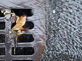 Ještě před pár lety se architekti a projektanti s dešťovou vodou vypořádali prostě a jednoduše: nejkratší cestou jí poslali do kanálu. Licence | Všechna práva vyhrazena. Další šíření je možné jen se souhlasem autora Foto | John A. Anderson / Shutterstock