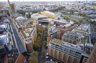 Jde to i v centrech velkých měst. Na snímku jsou zelené střechy administrativních budov na berlínském Postupimském náměstí. Zelená střecha dokáže většinu srážek zadržet a časem odpařit zpět do vzduchu. Přidanou hodnotou je, že se tím v horkých dnech střecha ochlazuje. Licence | Všechna práva vyhrazena. Další šíření je možné jen se souhlasem autora Foto | gary yim / Shutterstock