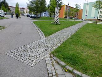 Původní pěší trasy byly respektovány, v trávníku byly vyskládány z žulové kostky a tato dlážděná trasa prošla až do asfaltu parkoviště. Licence | Všechna práva vyhrazena. Další šíření je možné jen se souhlasem autora Foto | Eva Wagnerová