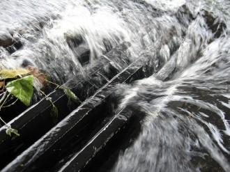 Dešťová voda nepatří na čistírnu odpadních vod. Některá práva vyhrazena. Foto   Tom Hamilton / Flickr