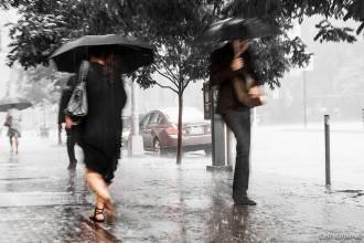 Déšť, který ve městě spadne na nepropustnou plochu, se nemá kam vsáknout a po povrchu odteče – a někdy působí škody. Některá práva vyhrazena Foto   Loïc Lagarde / Flickr