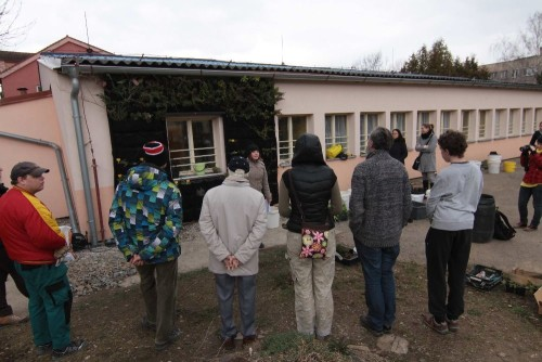 Zbylé prázdné kapsičky osázeli účastníci veřejného workshopu.