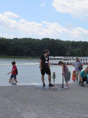 Divadlo fyziky z Brna pomáhá dětem vyrábět a vypouštět rakety na vodní pohon.