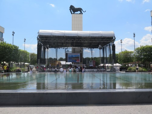 Vodní plocha na náměstí Jana Štefánika, kterou je možno sledovat také ze spodu, z pasáže, která pod ní prochází.